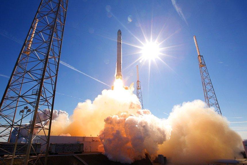 SpaceX провела успешный запуск ракеты-носителя Falcon 9 с10-ю спутниками