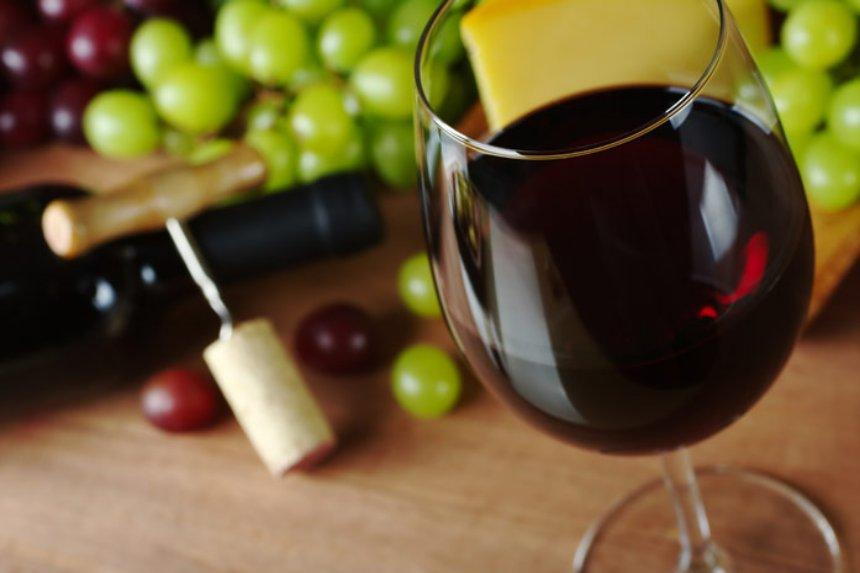 При заболевании зубов и десен советуют пить красное вино