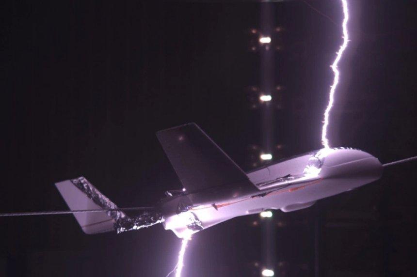 Разработан способ обезопасить самолеты от удара молнией