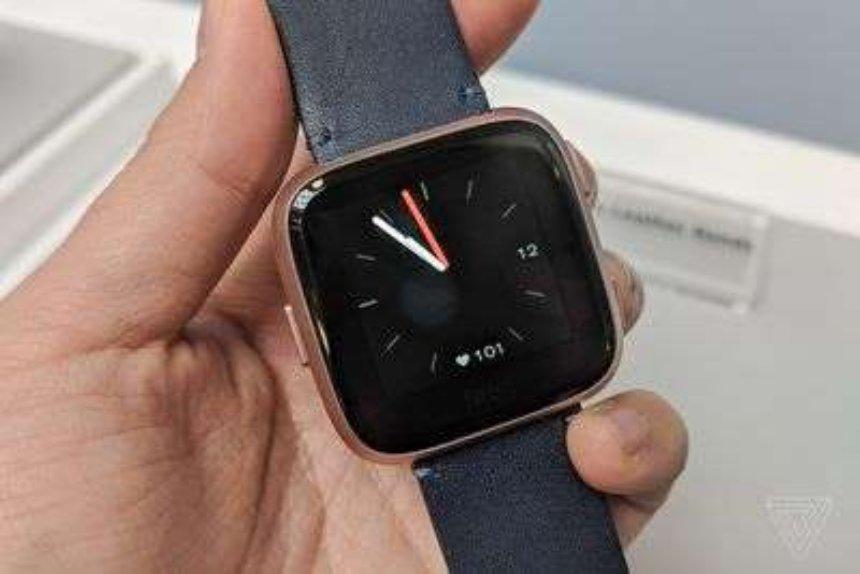 Fitbit Versa выпустит еще одни смартчасы