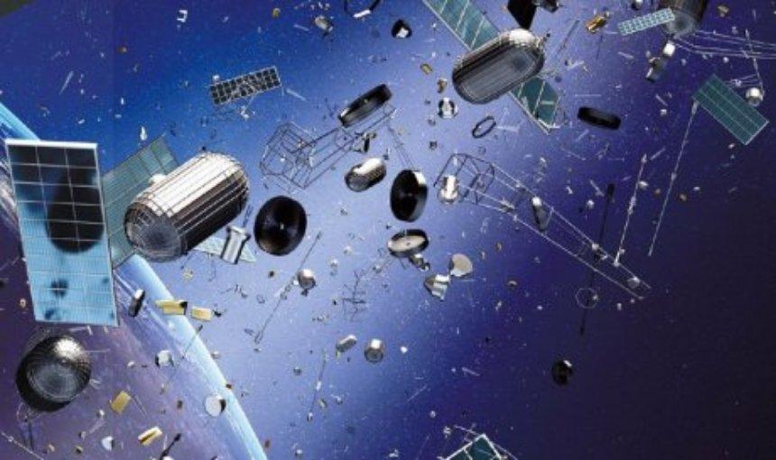 На МКС встретили робота, убирающего космический мусор
