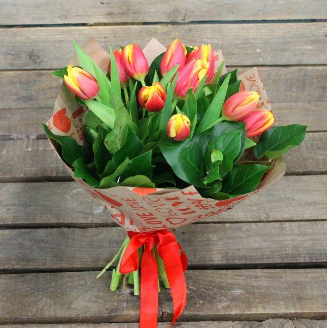 Заказать тюльпаны в Москве можно недорого и быстро