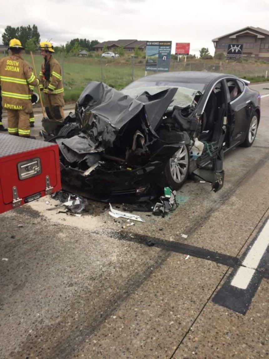 Полиция выяснила, была ли функция автопилота включена в крушение Tesla