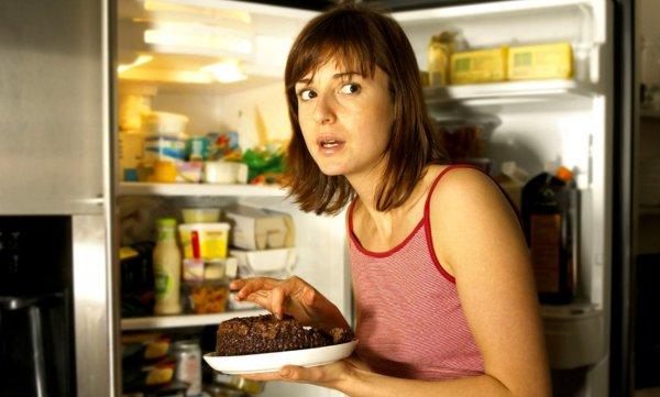 Учёные доказали влияние ночного перекуса на ожирение