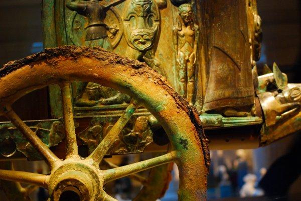 В Индии археологи откопали древнюю колесницу