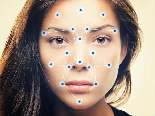 Исследователи разработали алгоритм, который мешает распознаванию лиц на смартфонах