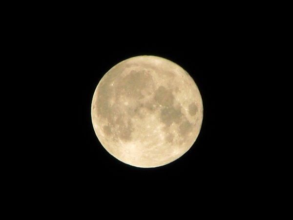 Китайский микроспутник впервые вышел на орбиту и сделал снимки лунной поверхности