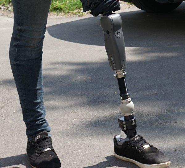 Ученые создали протез, который может ходить по лестнице и другим неровным поверхностям