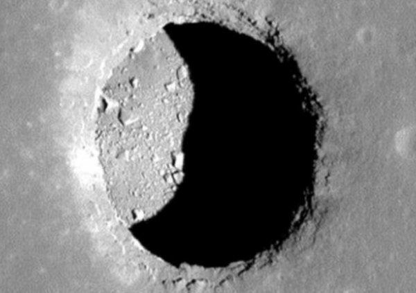 Уфологи обнаружили вход в базу пришельцев в безымянной горе на Луне