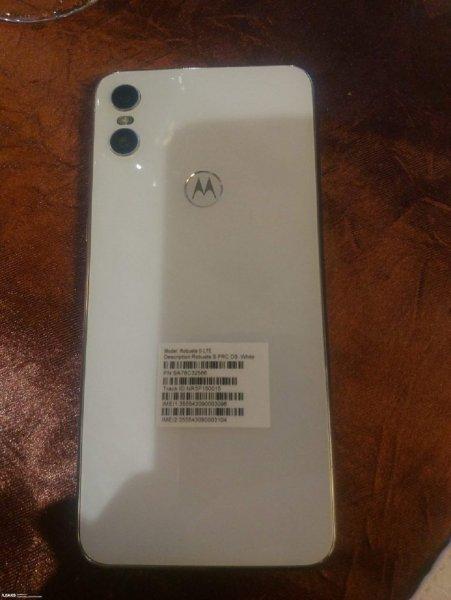 В Сети появились новые фото смартфона Motorola One в белом цвете