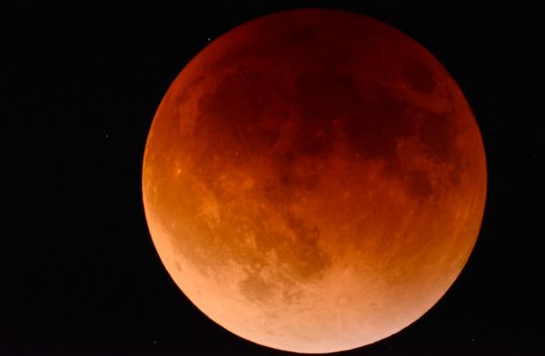 В пятницу 13-го случится солнечное затмение с суперлунием