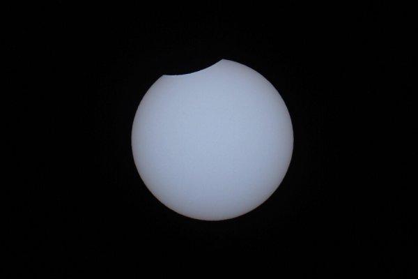 Появились первые фотографии солнечного затмения суперлуной