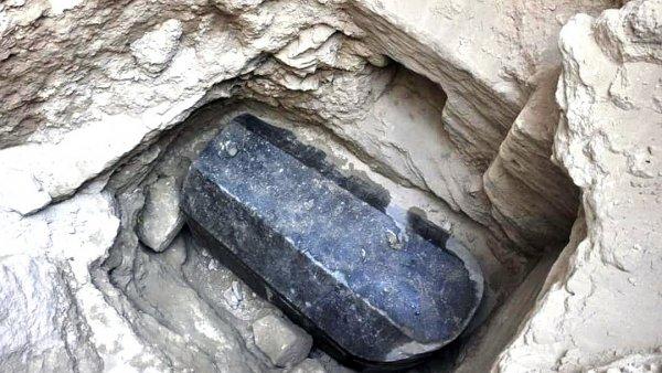 В Египте начали вскрывать чёрный саркофаг