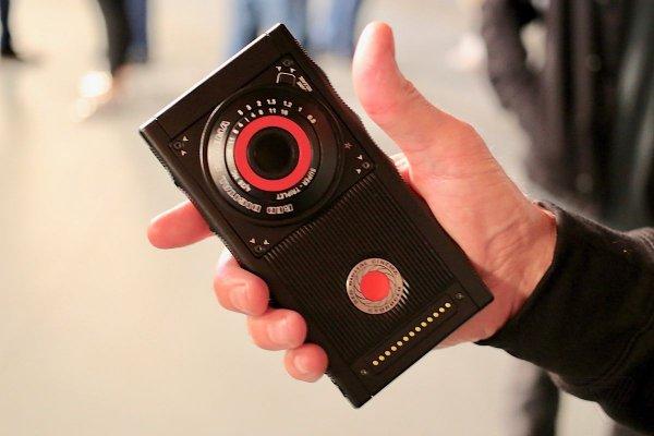 Разработчики объяснили причину задержки выхода инновационного телефона RED Hydrogen