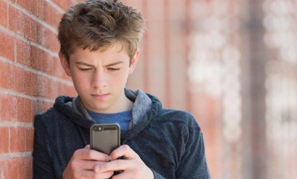Смартфоны «выращивают» поколение с хрупкой психикой - учёные