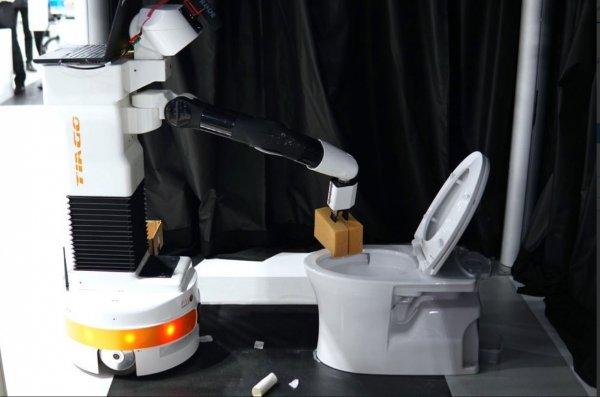 На саммите в Японии инженеры заставили робота драить унитазы