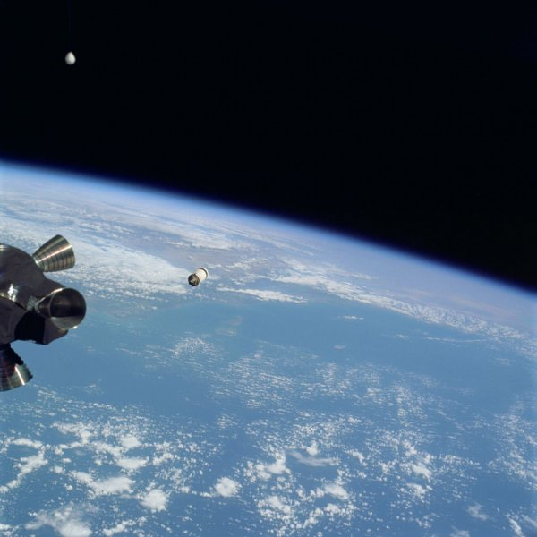 Уфологи обнаружили в архивах NASA фото с НЛО