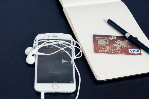 Смартфоны разоряют россиян и подводят банковские карты к грани исчезновения