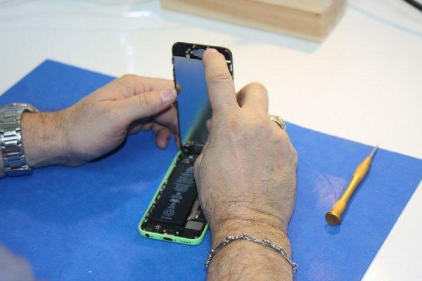 Чиним воздух: Работник рассказал, как обманывают клиентов при ремонте телефонов