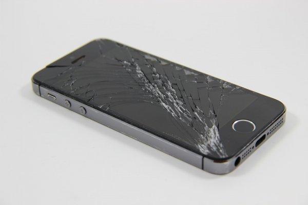 Почему смартфон с разбитым экраном нужно нести в ремонт