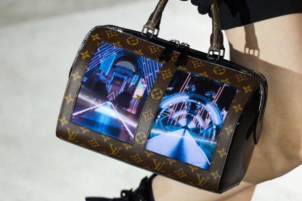 Мода на киберпанк: Louis Vuitton представила сумки с гибкими дисплеями