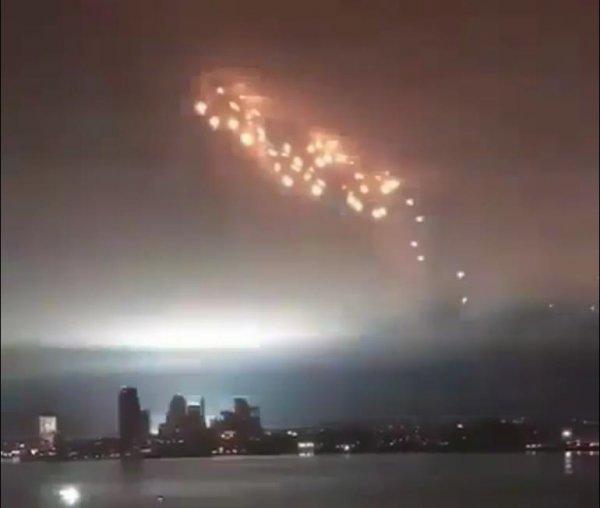 Демон Марса начал войну: Огненная Кобра-НЛО зависла над мегаполисом