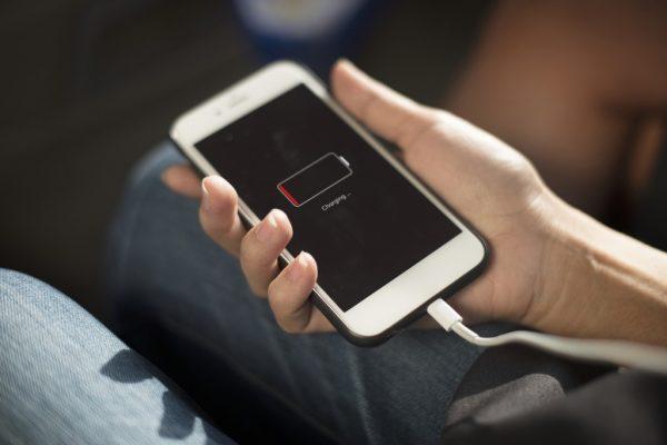 Почему не заряжается телефон: причины и способы решения
