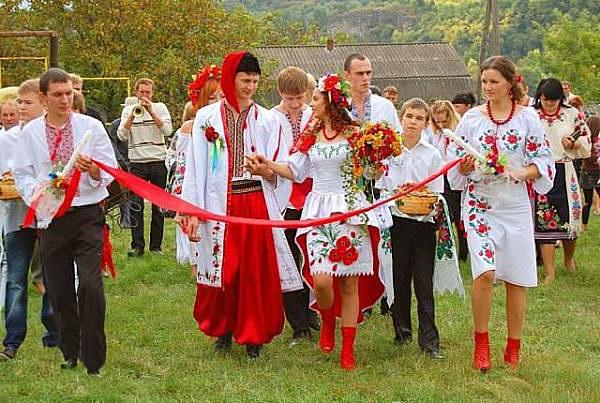 Українські вишиті плаття та вишиванки у Львові