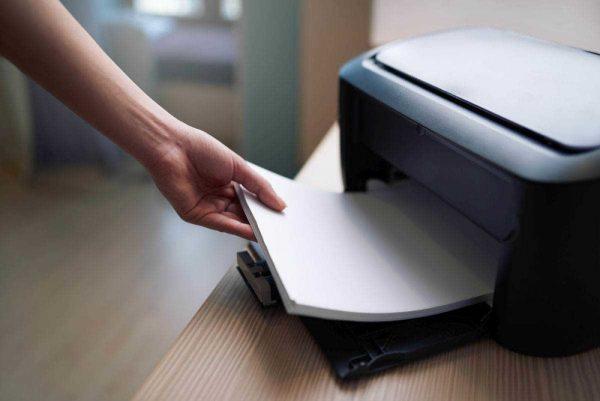 Почему принтер может сообщать, что отсутствует бумага и как решить данную проблему?